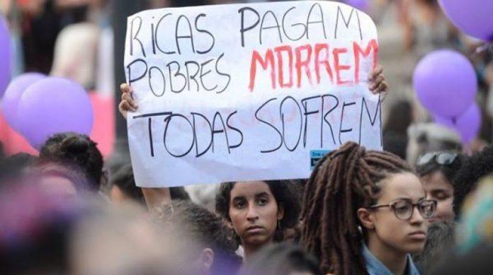 Manifestação de mulheres pela legalização do aborto no Rio de Janeiro, em 2016.