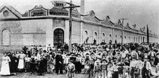 Grevistas em frente à Crespi, a primeira fábrica a parar em 1917 (Foto: reprodução)