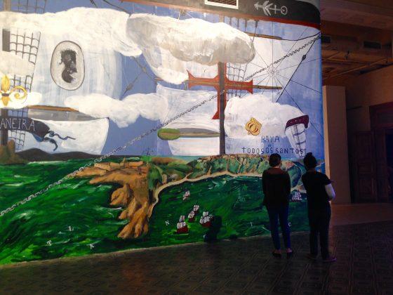 Obra feita especialmente para a 11ª Bienal do Mercosul que reflete as viagens oceânicas com caravelas, navios negreiros, cotidiano da escravidão no Brasil.
