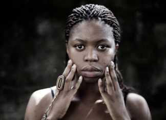 """""""Ntando tinha 10 anos quando Nelson Mandela saiu da prisão, em 1990, e assumiu a liderança política da África do Sul. Ela foi da primeira geração de crianças negras sul-africanas a entrar na escola dos brancos"""". Foto- Divulgação"""