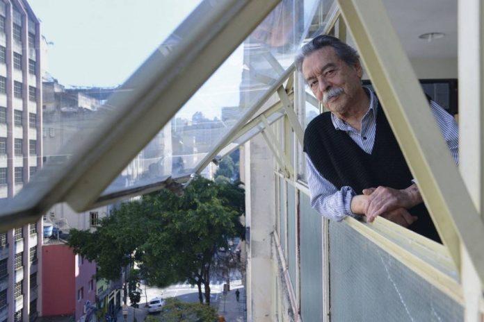 Paulo Mendes da Rocha na janela de seu escritório, no centro de São Paulo. Foto: Luiza Sigulem