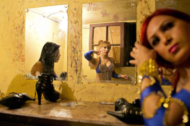 mulheres trans se preparam para um show