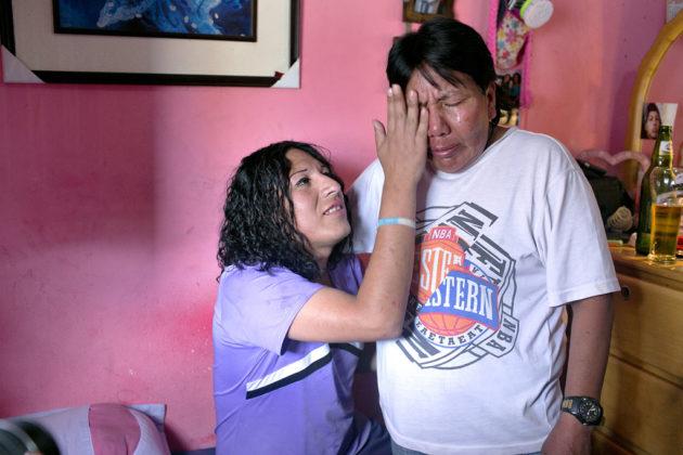 Filha enxuga as lágrimas de sua mãe