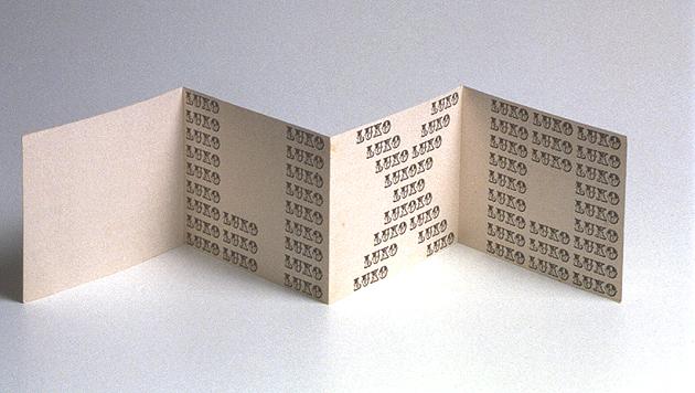"""Peça da exposição Ratos e Urubus - A foto mostra um poema visual de Augusto de Campos onde a palavra """"Lixo"""" 'e composta por uma sequência das palavras """"Luxo"""""""