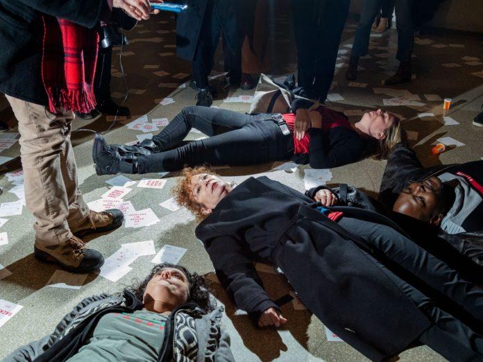 A foto mostra protestantes performance um
