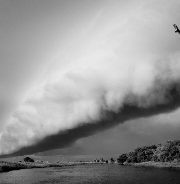 Foto de uma tempestade sobre o Rio Touro Morto no Mato Grosso do Sul, durante o período de das chuvas no Pantanal. Por Luciano Candisani