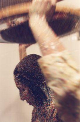 """A foto mostra a artista performática Márcia X durante sua obra """"Pancake"""" onde ela se cobre com leite moça e granulados coloridos"""