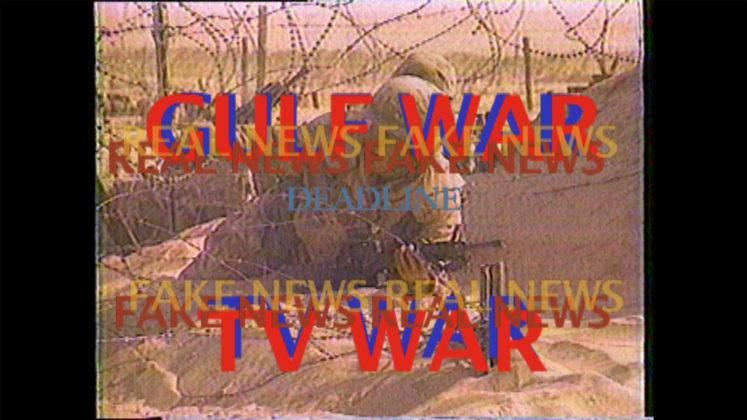 """A imagem é um still do trabalho """"Gulf War TV War"""", de Michael Auder, realizado em 1991 e editado em 2017. Nela podemos ver um soldado à espreita, e sobrepostas a ele estão as frases """"Gulf War TV War"""" e """"Fake News Real News"""""""