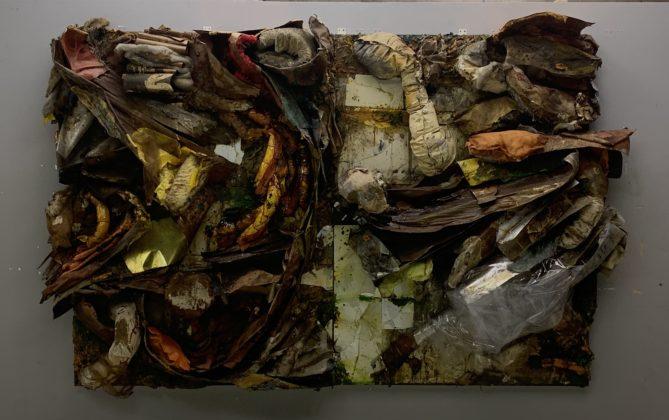 Peça da exposição Ratos e Urubus - Quadro de Nuno Ramos que, entre outros materiais, é construído com espelhos, folha de ouro, tecido, vidro, folhas secas e algodão