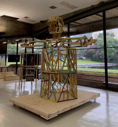 """Peça da exposição Ratos e Urubus - A foto mostra a reprodução do """"Cristo Mendigo"""" feita por Raphael Escobar e o coletivo Os Cupins das Artes"""