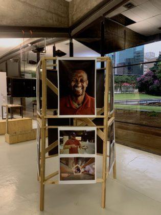 """Peça da exposição Ratos e Urubus - A foto mostra a foto de um do artesãos do Coletivo Cupins das Artes, que construíram a símile do """"Cristo Mendigo"""" para a exposição"""