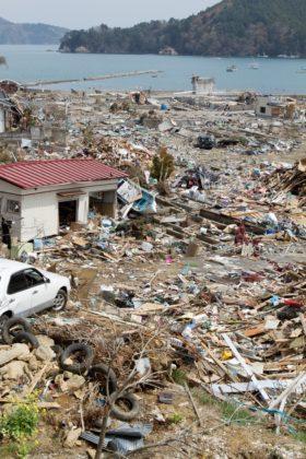 A foto mostra estrago causado pelo tsunami, que fica visível no retrato de uma área da costa de Miyagi próxima ao barzinho Kobune, visitado por Munemasa Takahashi