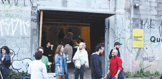 Pessoas na entrada do Atelie397, na Pompeia, na abertura da exposição Que Barra!, em 2018.