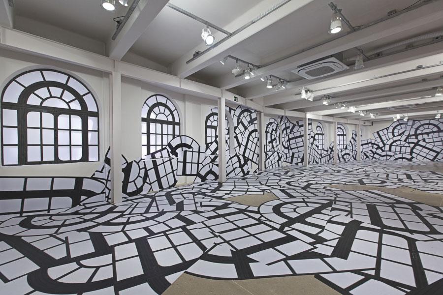 Regina Silveira, CASCATA, 2020 instalação. Impressão digital sobre vinil adesivo.