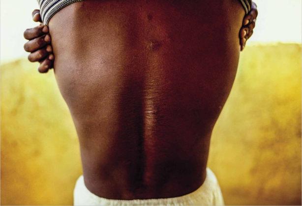 Ex-voto mostra cicatrizes nas costas dos tempos de cerimônia