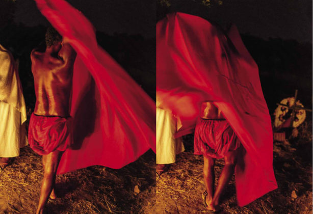 Penitente com manto, vermelho, tingido de sangue