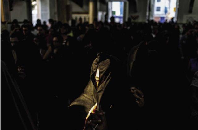 As beatas da Procissão do Madeiro adentram à Igreja Matriz