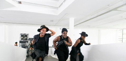 Performance do artista sul-africano Neo Muyanga