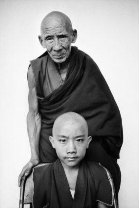 Retrato de monges budistas, Tenzin Tosan Rinpoche e seu tutor Gen Pagdo, no em Karnataka, por Martine Franck