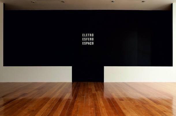 """Vistas da instalação """"Eletro Esfero Espaço"""" (1986-2015), Guto Lacaz"""