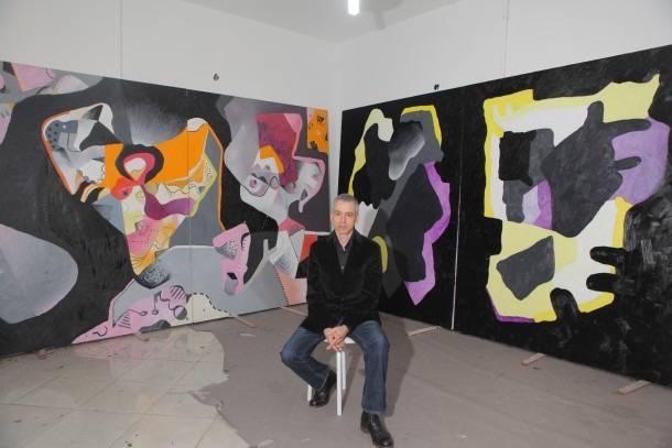 O artista em frente aos dois trabalhos.