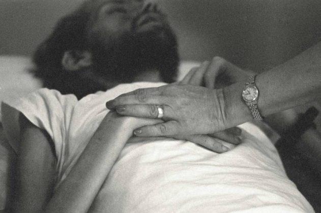 Uma enfermeira da Pater Noster House, em Ohio, segura as mãos de David Kirby pouco antes de sua morte, primavera de 1990. Foto: Therese Frare/ LIFE Magazine