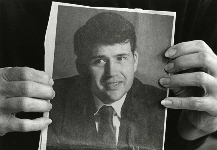 A mãe de David Kirby, Kay, segura uma fotografia de seu filho - tirada pelo fotógrafo Art Smith, de Ohio - antes do desenvolvimento das doenças relacionadas à AIDS. Foto: Therese Frare/ LIFE Magazine