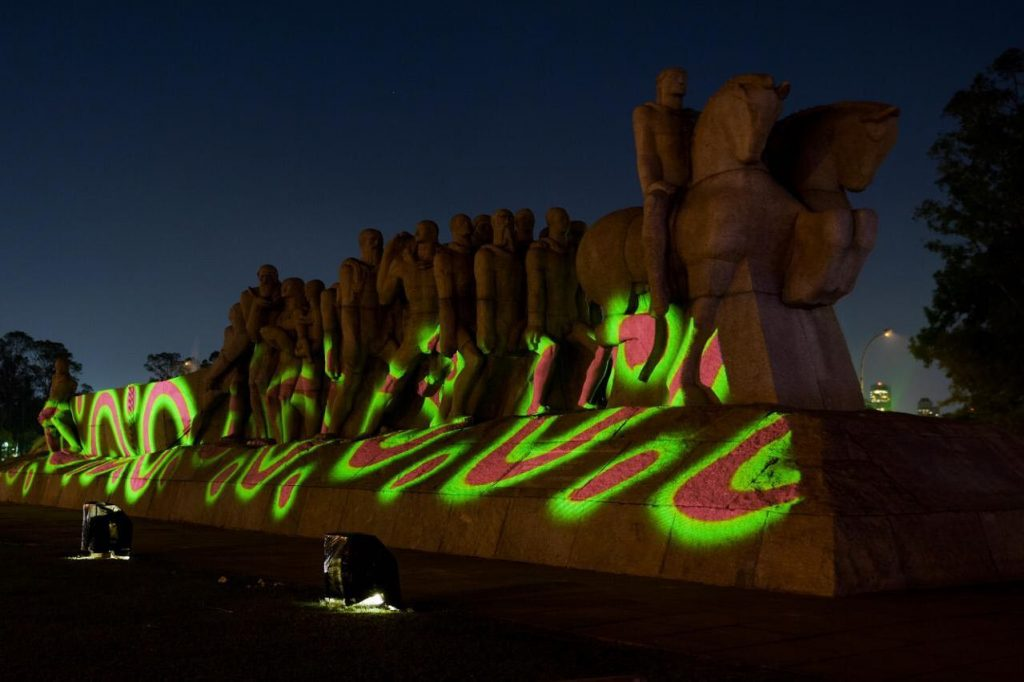 "Projeção de ""Brasil Terra Indígena"", de Denilson Baniwa, no Monumento às Bandeiras. Foto: Francio de Holanda."