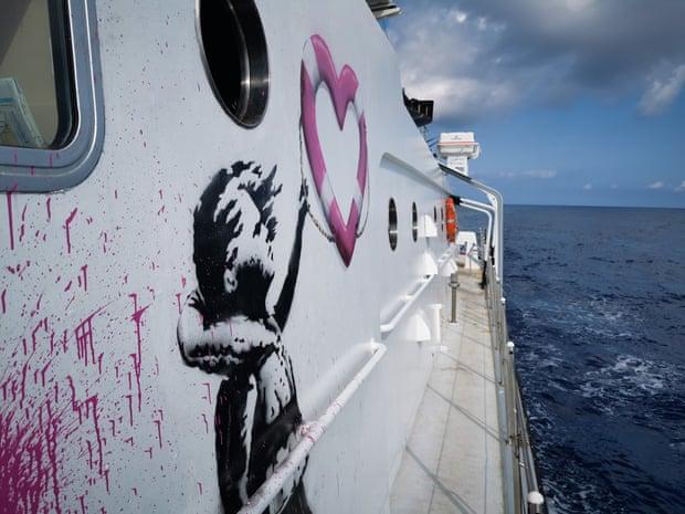 Trabalho de Banksy no Louise Michel. Foto: Ruben Neugebauer para o The Guardian.