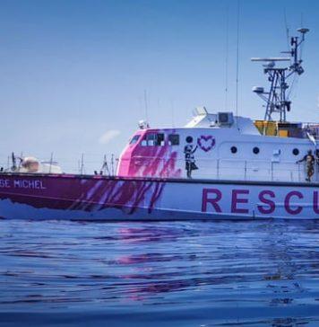 O barco Louise Michel, financiado pelo artista britânico Banksy. Trabalho de Banksy no Louise Michel. Foto: Ruben Neugebauer para o The Guardian.