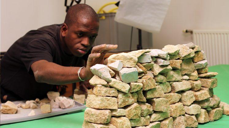 """""""Faraw ka taama"""" (A viagem das pedras), de Seydou Cissé. Foto: Divulgação Acervo Comentado Videobrasil."""