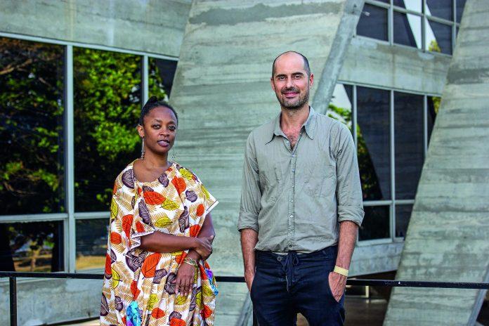 Keyna Eleison e Pablo Lafuente, curadores do MAM Rio, em frente ao museu