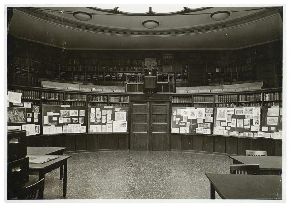 Aby Warburg. Sala de leitura da biblioteca de estudos culturais Warburg, Heilwigstr, em Hamburgo, fevereiro de 1927. Foto: cortesia HKW.