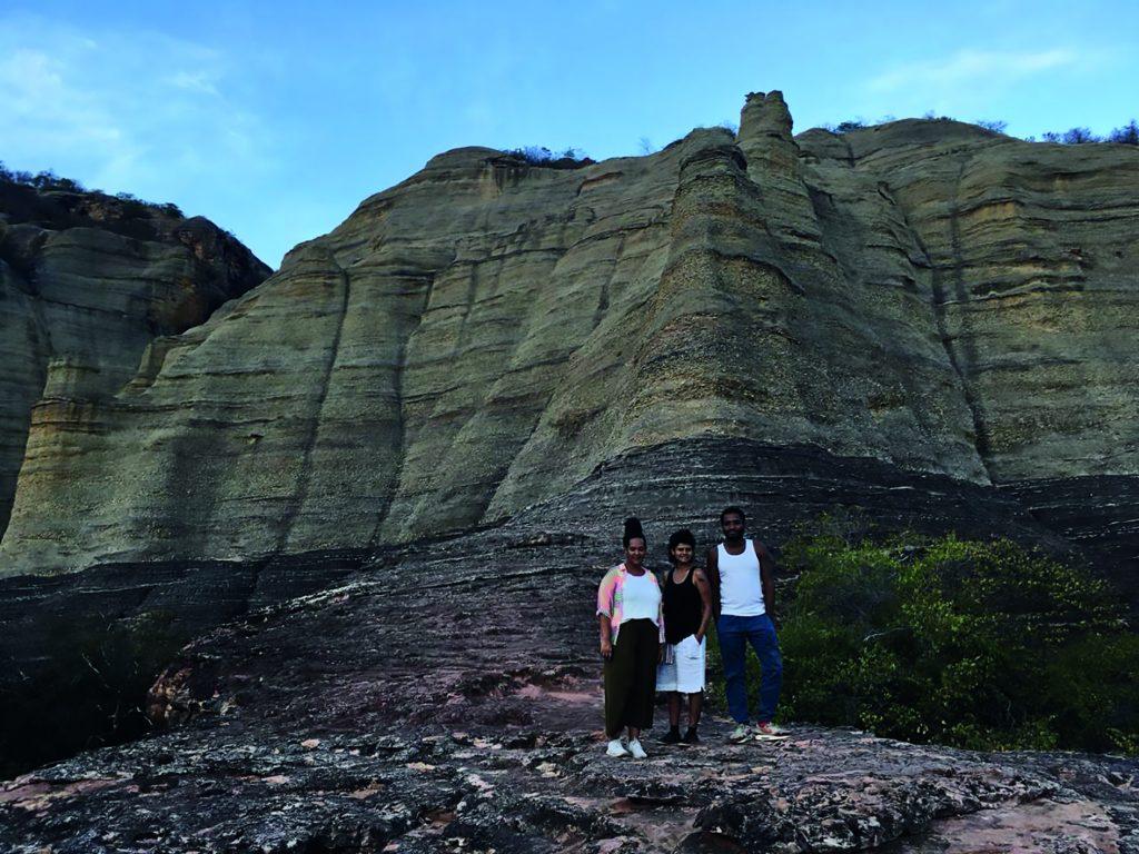 Diane Lima, Beatriz Lemos e Thiago de Paula Souza, curadores de Frestas, no Parque Nacional da Serra da Capivara, no Piauí