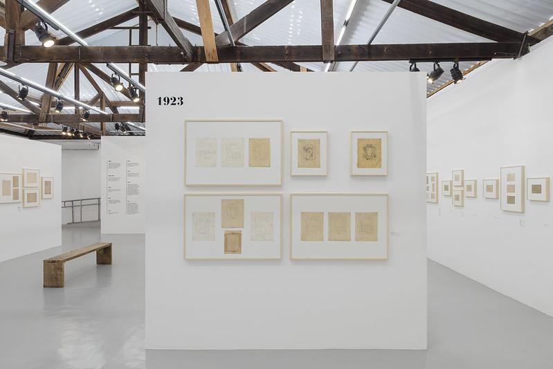 """Vista da exposição """"Estudos e Anotações"""", de Tarsila do Amaral, na Fábrica de Arte Marcos Amaro"""