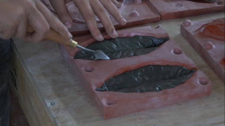 """Matriz de silicone utilizada para a confecção das folhas de cerâmica da instalação """"Rejeito"""", de Marcelo Moscheta"""