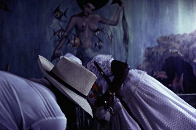 """""""Chapéu de palha na casa de Iemanjá"""", de Miguel Rio Branco, representado pela Galeria Paulo Darzé. Foto: Cortesia Galeria Paulo Darzé"""