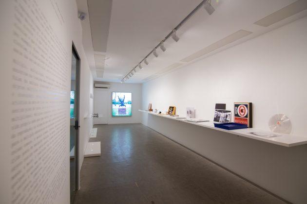 Vista de corredor expositivo com obras escultóricas expostas pela Multi.plo Espaço Arte no Miami Art Week