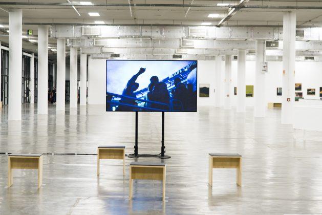 """Obra em vídeo de Deana Lawson na mostra """"Vento. Foto: Cortesia Bienal de São Paulo."""