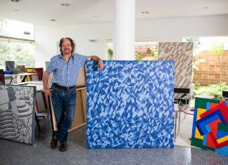 """Claudio Tozzi em seu estúdio, ao lado da obra """"Chuva"""""""