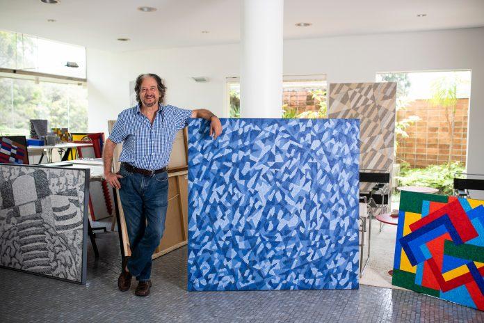 Claudio Tozzi em seu estúdio, ao lado da obra