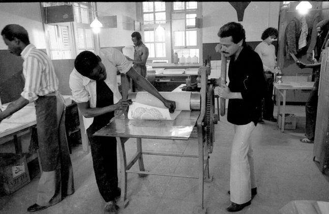 Rossini Perez e seus alunos de gravura no ateliê da Escola de Belas Artes de Dacar (Senegal), 1977. Acervo pessoal do artista.