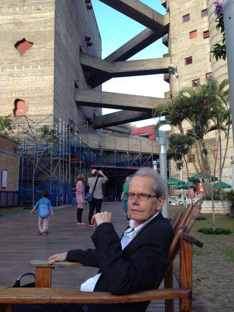 Guy Brett no Sesc Pompeia, em São Paulo, obra projetada pela arquiteta Lina Bo Bardi. Foto: Alexia Tala.