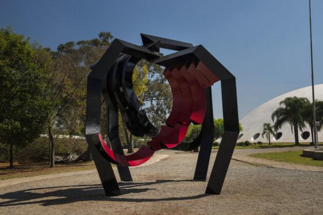 """""""Aranha"""" (1981), de Emanoel Araújo, no Jardim de Esculturas do MAM SP. Foto: Rômulo Fialdini / Divulgação."""