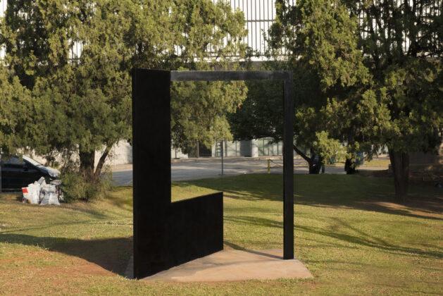 """""""Grande quadrado preto com fita"""" (1985), de Franz Weissmann. Foto: Paulo Altafin / Divulgação."""