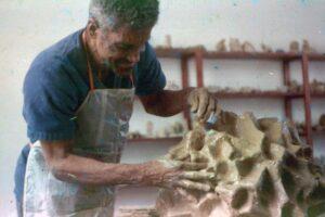 Registro do artista Fernando Diniz trabalhando em uma escultura. Foto: Divulgação.