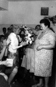A Dra. Nise da Silveira recebe flores de Adelina Gomes. Foto: Divulgação.