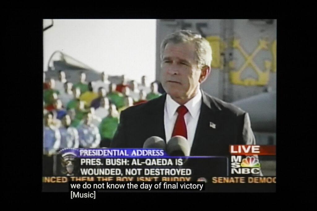 """Em 1º de maio de 2003, no porta-aviões Abraham Lincoln, o presidente George W. Bush anuncia """"missão cumprida"""" em relação à guerra no Iraque. A grande maioria das vítimas e da violência ocorreu após o discurso.   Crédito: Peter van Agtmael/Magnum Photos. Cortesia do fotógrafo."""