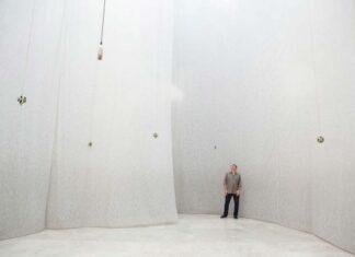 Foto horizontal, colorida. Instalação A SOMA DOS DIAS, de Carlito Carvalhosa, no Museu de Arte Moderna de Nova York em 2011