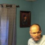 """""""Chuck Coma sofreu uma lesão cerebral por hipóxia depois que seu colega de cela o estrangulou na penitenciária federal em Lewisburg, Pensilvânia, privando seu cérebro de oxigênio. Desde então, ele tem sofrido de perda de memória, alterações extremas de humor e tremores ocasionais. No momento de sua prisão, Coma estava lutando contra um grave PTSD devido ao serviço militar no Panamá e na Guerra do Golfo. Antes das guerras, ele era um pouco encrenqueiro, mas não tinha problemas sérios com a lei. Quando ele deixou o serviço, não conseguiu segurar um emprego e começou a assaltar bancos"""". Shelton, Washington. EUA. 2019.   Crédito: Peter van Agtmael/Magnum Photos. Cortesia do fotógrafo."""